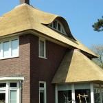 rietdekker Apeldoorn_Rieten dak - Villa Apeldoorn zijkant